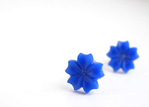 青い花のヴィンテージピアス