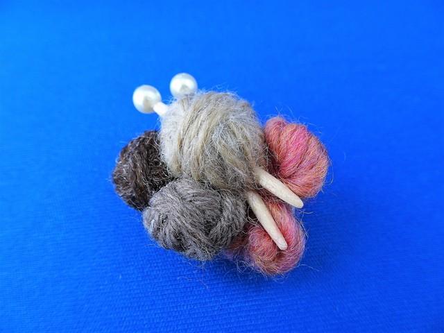 毛糸玉のブローチ(ブラウン)