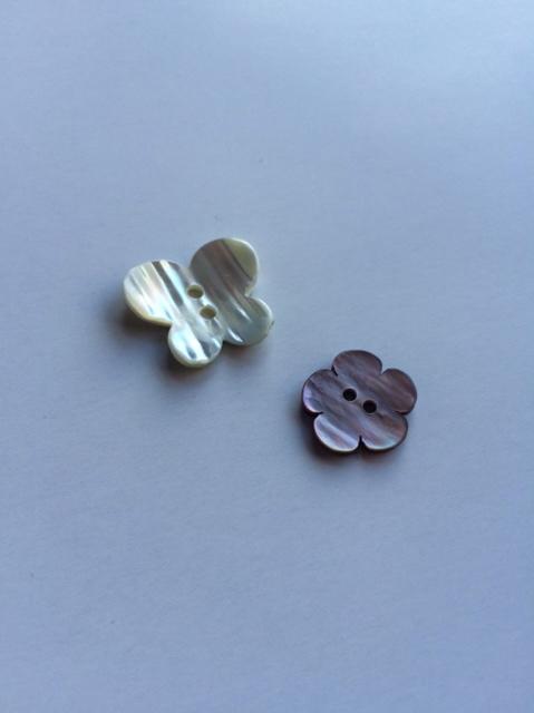 蝶々と花の貝ボタン