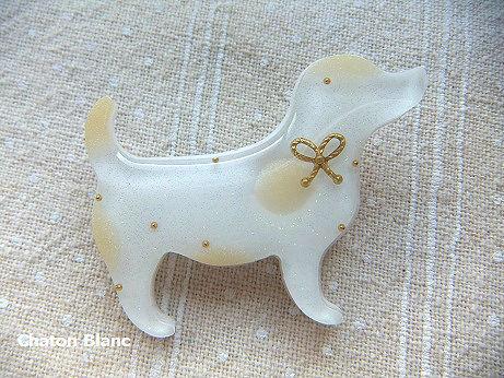 白犬のブローチ