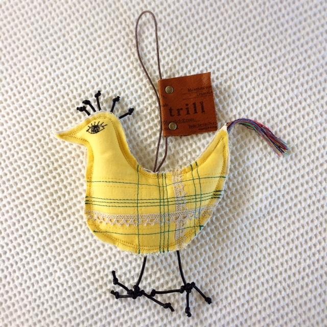 虹色尾っぽの黄色いトリ