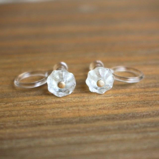 氷の欠片のようなチェコガラスのお花ノンホールピアス(樹脂)