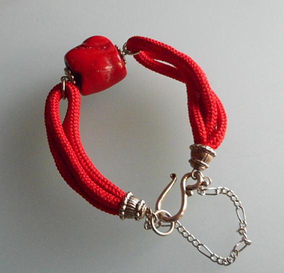 赤珊瑚のブロック玉と正絹組紐赤の4本...