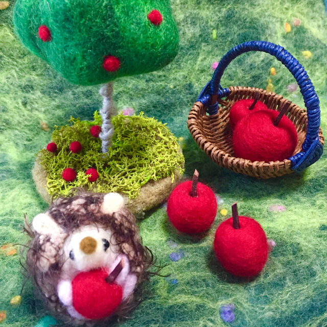 羊毛フェルト リンゴの木とハリネズミ