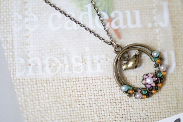 花輪の中の小鳥ネックレス