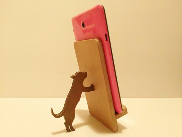 チワワが支えるタブレット・iPad miniスタンド