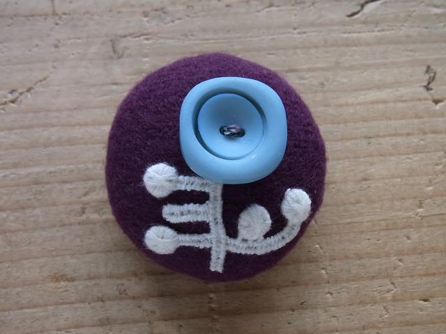 ウールのくるみボタンブローチ◎紫