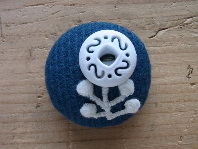 ウールのくるみボタンブローチ◎青緑