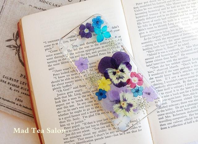 【アップルマークシリーズ☆】紫ビオラと小花のiphone5.5sカバー
