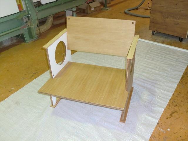 家具デザイナー手作りのTV椅子