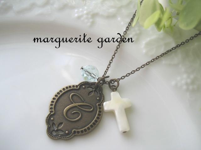 マザーオブパールの十字架とイニシャル...