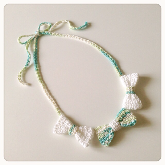 3連リボンの手編みネックレス(ブルーグリーンとホワイトmix)