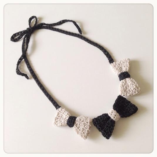 3連リボンの手編みネックレス(ブラックとベージュ)