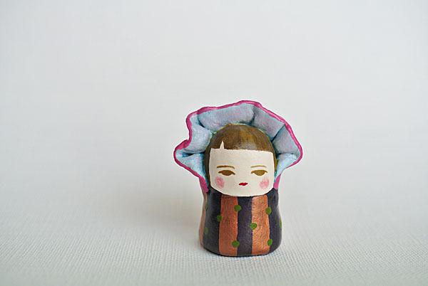 特注のボンネット人形