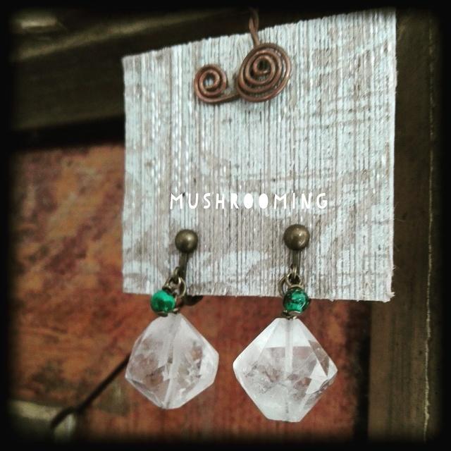 水晶とクリソコラのイヤリング