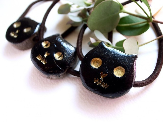 大きな目の黒猫ヘアゴム