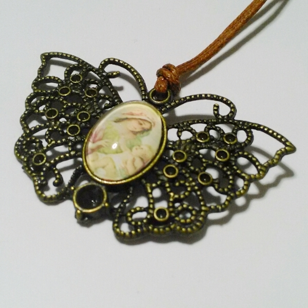 聖母子のバタフライネックレス