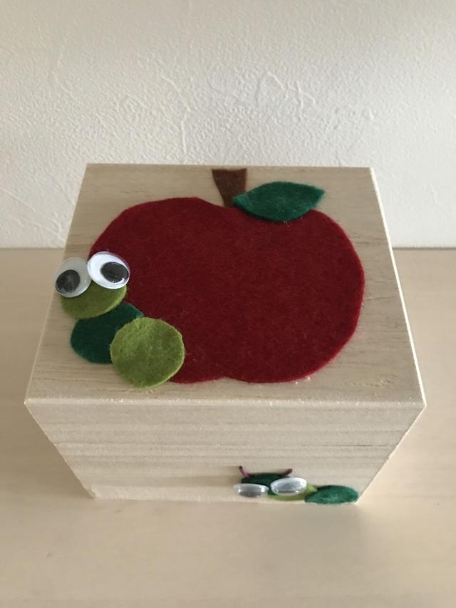 りんごとイモムシの小さな木箱