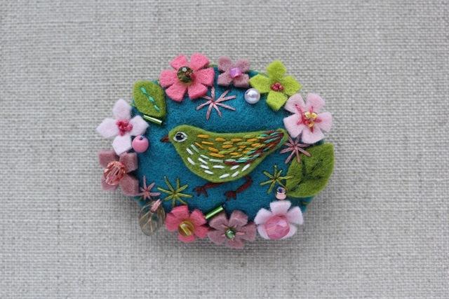 花輪フェルトブローチ 桜とメジロ