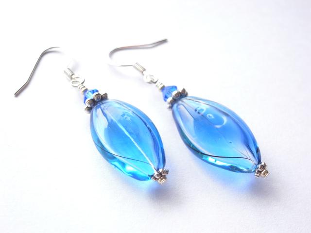 流水の様な小判型の青と水色の吹きガラスのピアス