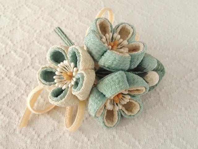 〈つまみ細工〉梅三輪とベルベットリボンの髪飾り(千草色)