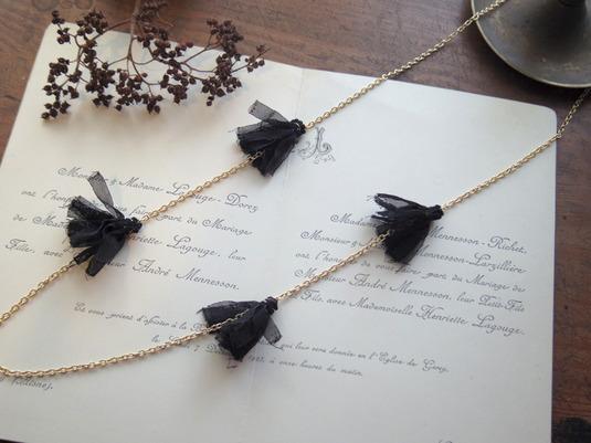 黒いフリンジのロングネックレス