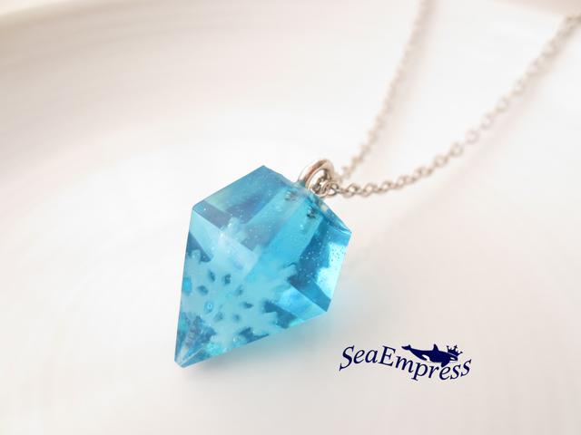 雪の結晶と水色の宝石ネックレス