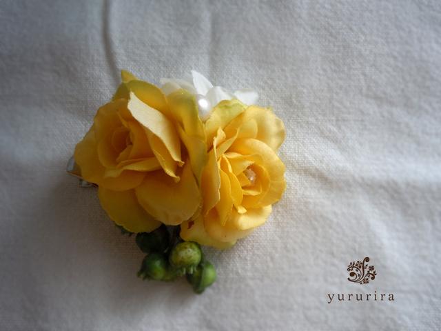 小さなバラの爽やかコサージュ