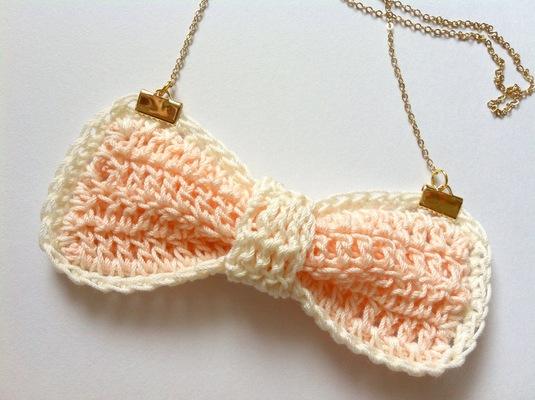 手編みのリボンネックレス