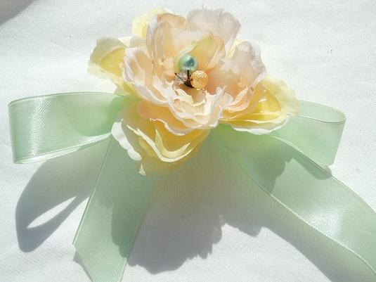 純真な気持ち 白い花のコサージュ