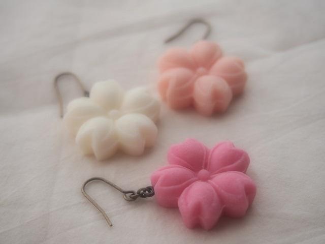 耳に砂糖菓子ピアス(桜:濃ピンク)