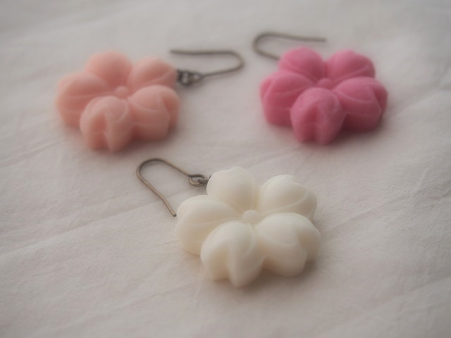 耳に砂糖菓子ピアス(桜:白)