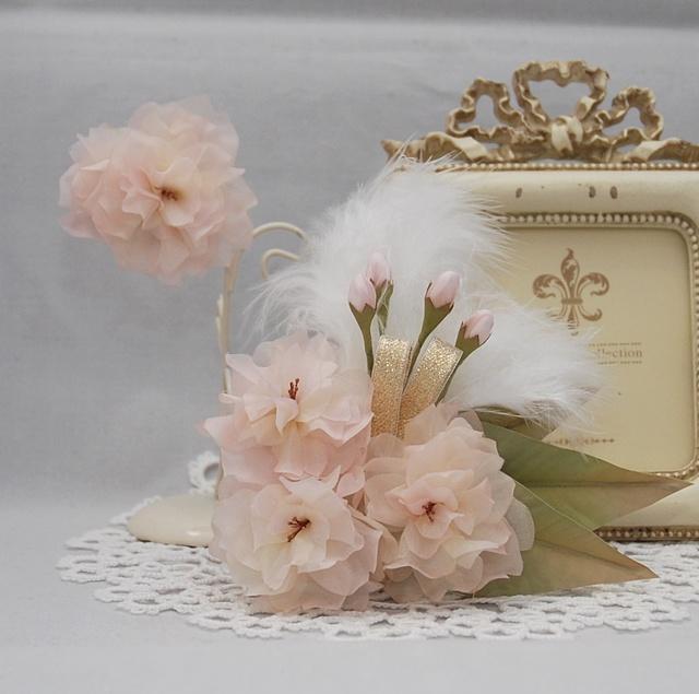 [受注制作]八重桜のコサージュとブローチのセット〜Angel's wing 〜