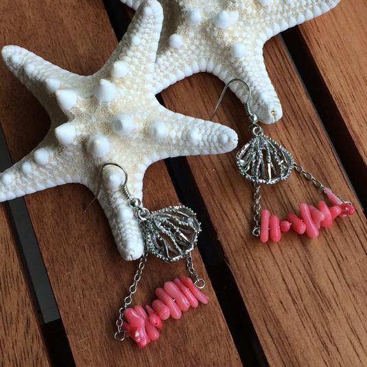 サンゴとシェルのトライアングルピアス