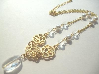 水晶・パール・メタルローズのネックレス