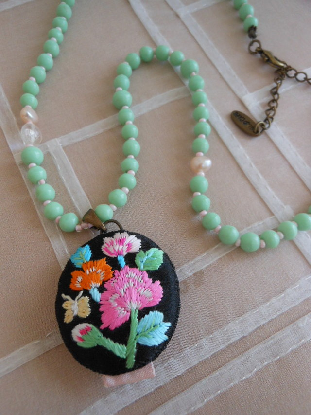 エメラルドグリーンの刺繍ネックレス
