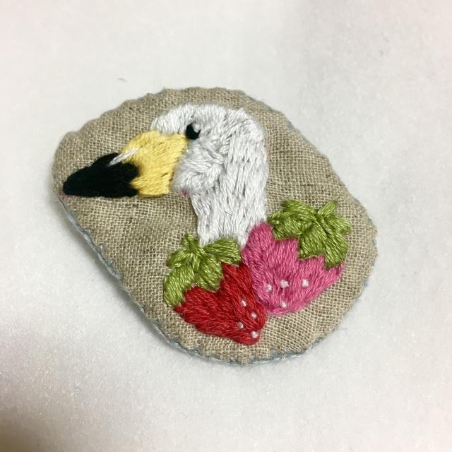 白鳥といちごの手刺繍ブローチ