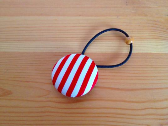 しましまのくるみボタンのヘアゴム(赤×白:大)