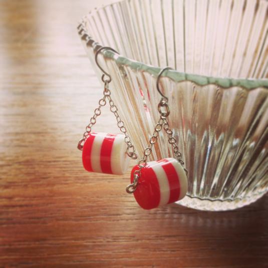 丸いしましまビーズのピアス (赤×白)
