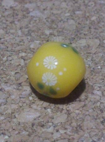 黄色な。とんぼ玉