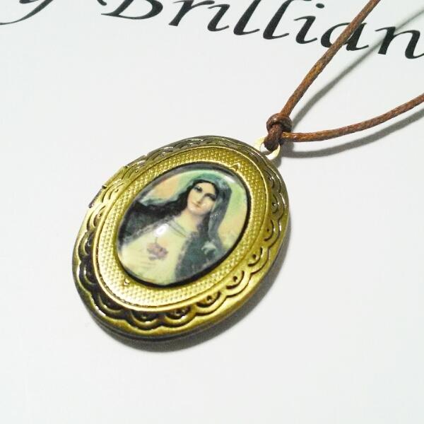聖母マリア様のロケット型ネックレス
