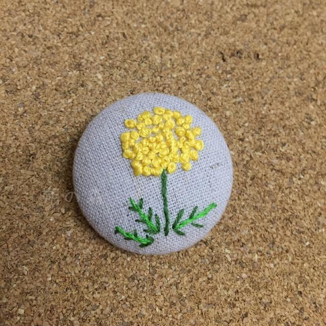 くるみボタンブローチ 〜黄色い野の花
