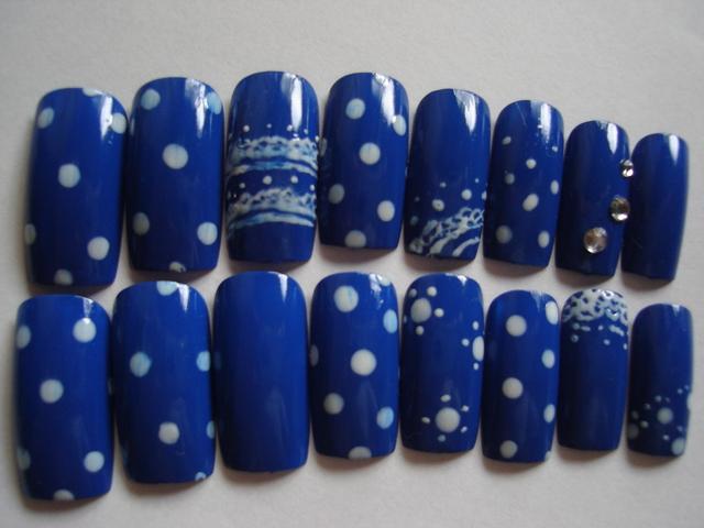 レトロなブルーのネイル