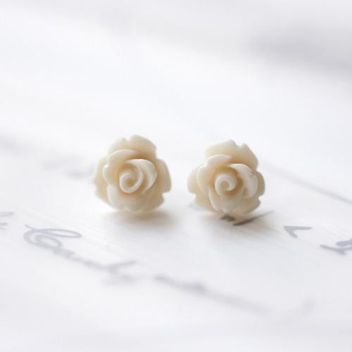 白いプチ薔薇のピアス