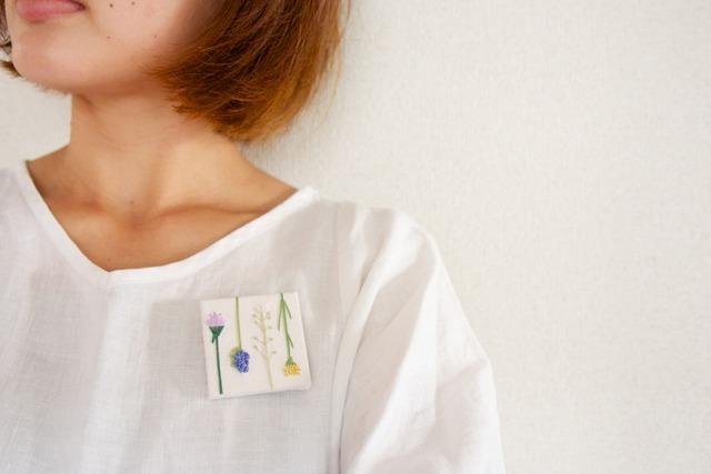 手刺繍】つけて、飾る brooch (野の花/white)