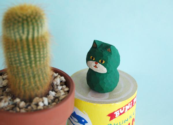 木彫り人形  ネコ 緑×ベージュ   [MWF-056]