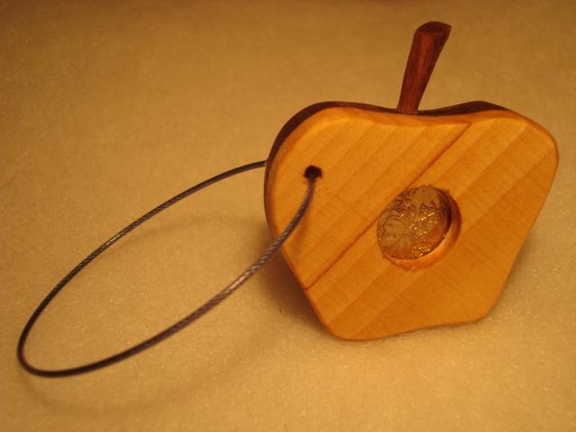 りんごをモチーフにした無垢の木のキー...