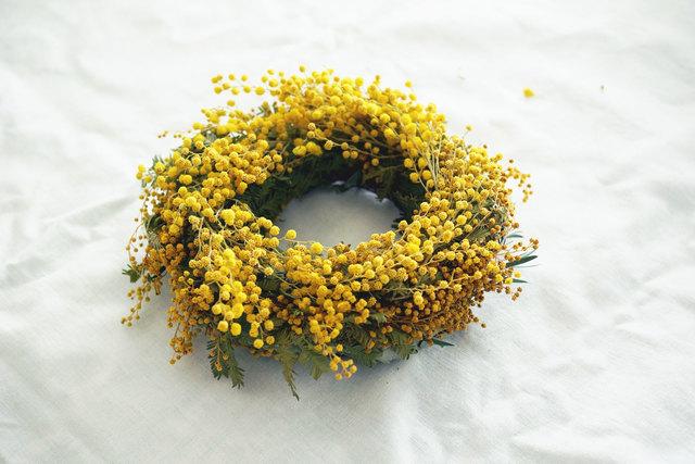 花とつぼみのミモザのリース_gr