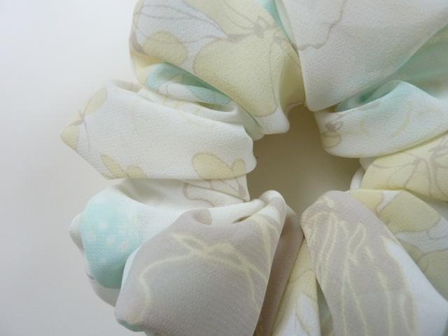 パステルカラーの花柄シュシュ