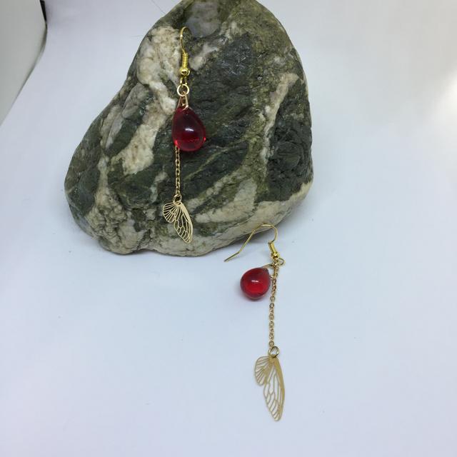 赤い実に集う羽根